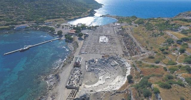 Denizinin temizliği, badem çiçekleri, koylarının ve büklerinin güzelliğiyle ünlü Datça, Ege ile Akdeniz'in tam da birleştiği bir noktada yer alıyor.