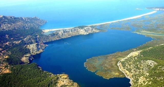 Köyceğiz Gölü'nü bir nehir yoluyla Akdeniz'e bağlayan Muğla Dalyan, tarihi dokuyu bakir doğayla birleştiren özel bir tatil beldesi. Avrupa'nın en iyi plajlarından biri de burada. Soyu tükenmekte olan Caretta Caretta su kaplumbağalarının yumurtalarını bıraktığı Dalyan İztuzu plajına ev sahipliği yapan belde, tuzlu deniz suyu ile tatlı göl suyunu bir araya getiren Türkiye'deki nadir yerlerden.