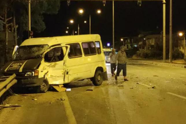 Alkollü Minibüs Sürücüsü Tıra Çarptı