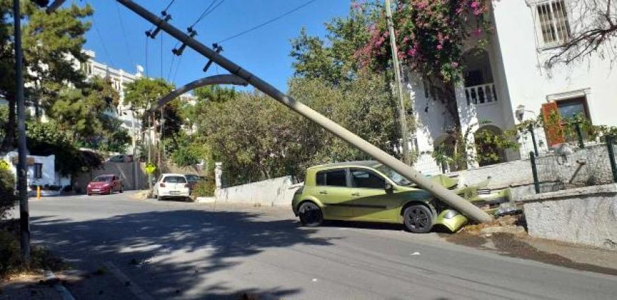Bodrum'da Otomobil Beton Direğe Çarptı: 2 Yaralı