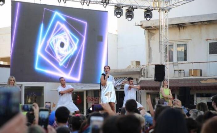 Şarkıcı Demet Akalın, Bodrum'da Halk Konseri Verdi