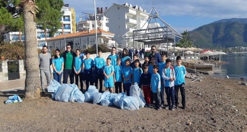 Belediye ve Öğrenciler Halk Plajını Temizledi