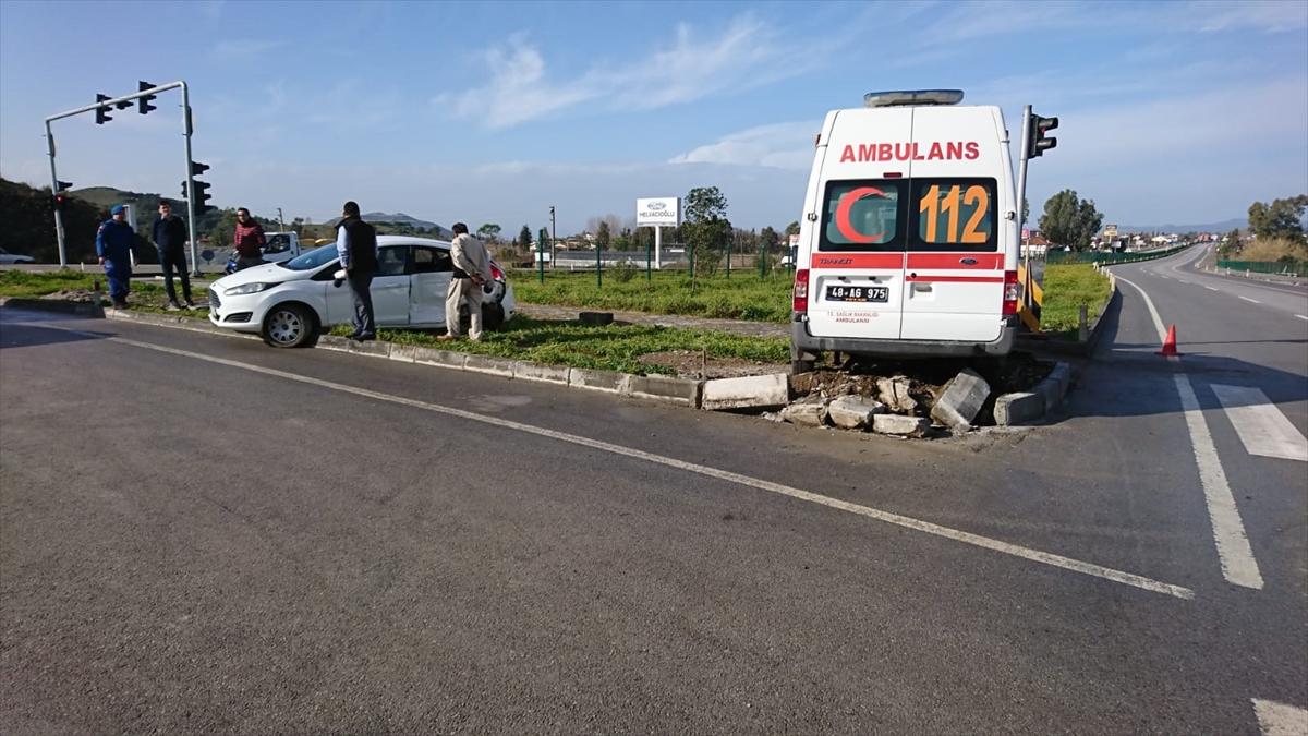 Fethiye'de Ambulans ile Otomobil Çarpıştı