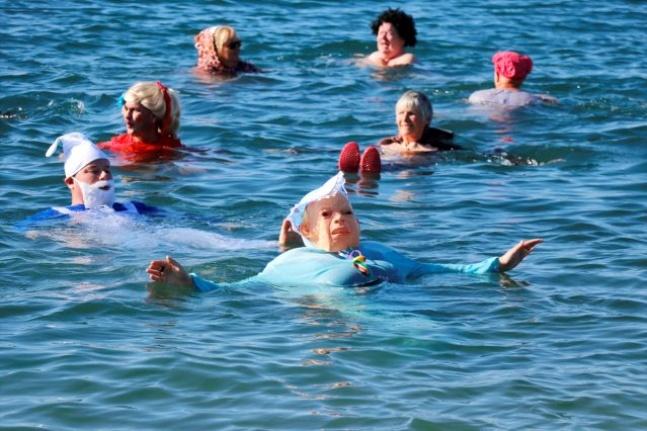 Yardıma Muhtaç Çocuklar için Denize Girdiler