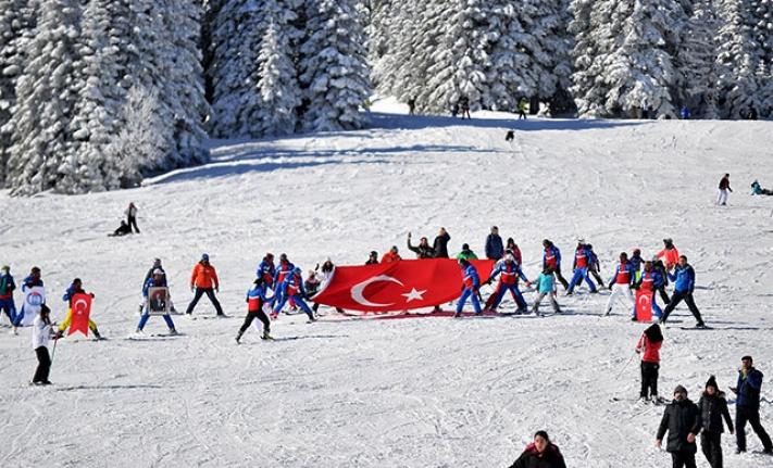 Yunan Vekile Dev Türk Bayrağı ile Tepki Gösterdiler