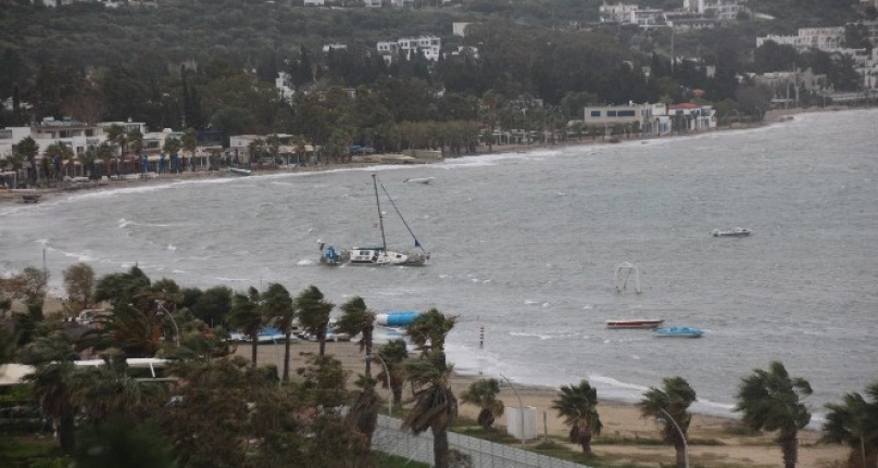 Bodrum'da Fırtına: Tekne Kıyıya Sürüklendi!