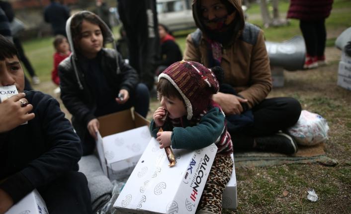 Soğuk Havada Sınırda Bekleyen Mültecilere Giyim ve Erzak Yardımı