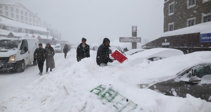 Uludağ'da Tatilciler Araçlarını Kar Altında Aradı
