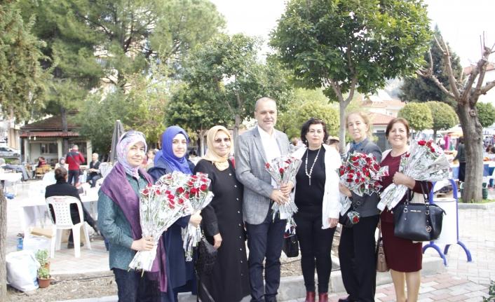 Başkan Uzundemir, Ortaca 2. El Pazarı'nda Kadınlara Karanfil Dağıttı