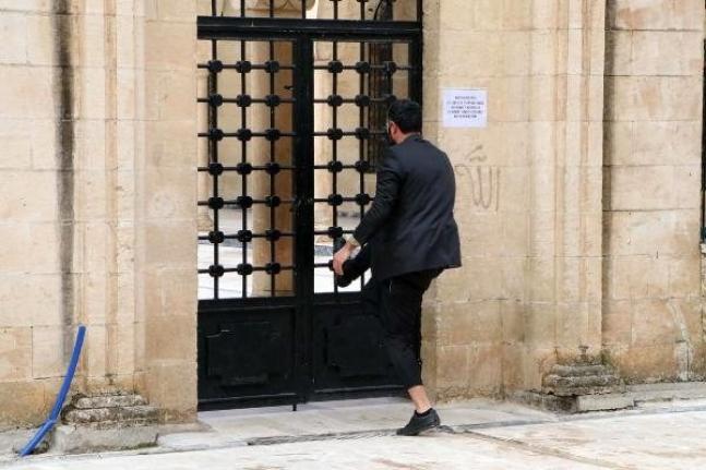 Caminin Kapalı Olmasına Sinirlendi Kapıyı Kırmak İstedi!