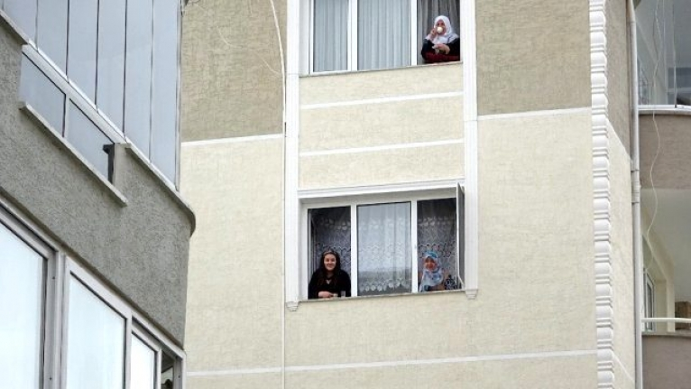 Koronavirüsten Evden Çıkamayan Komşular Camlardan Gün Yapıyor