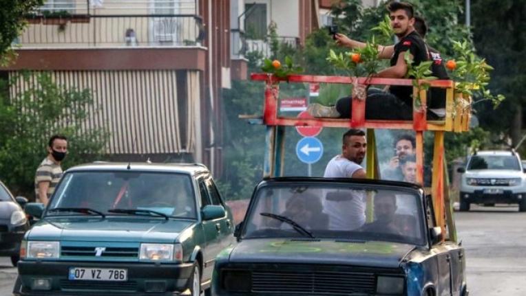 Otomobilin Üstüne Teras Yapıp Bagajında Mangal Yaktılar!