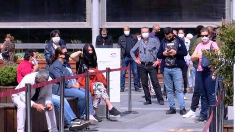 Vatandaşlar AVM'lere Akın Etti Uzun Kuyruklar Oluştu