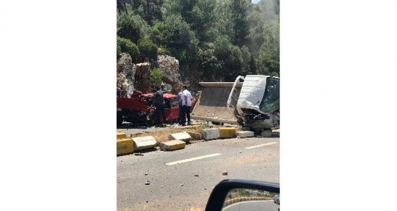 Bodrum'da Kamyonetle Otomobil Çarpıştı: 5 Yaralı!