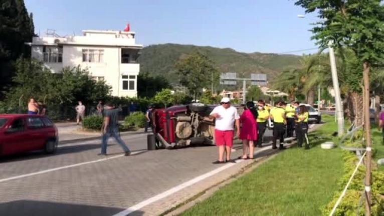 Marmaris'te Kaza: Otomobillerden Biri Direğe Çarpıp Ters Döndü!
