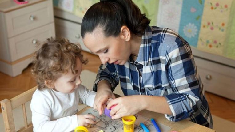 Çalışan Annelere Verilen Bakıcı Desteği 300 Euroya Çıkarıldı