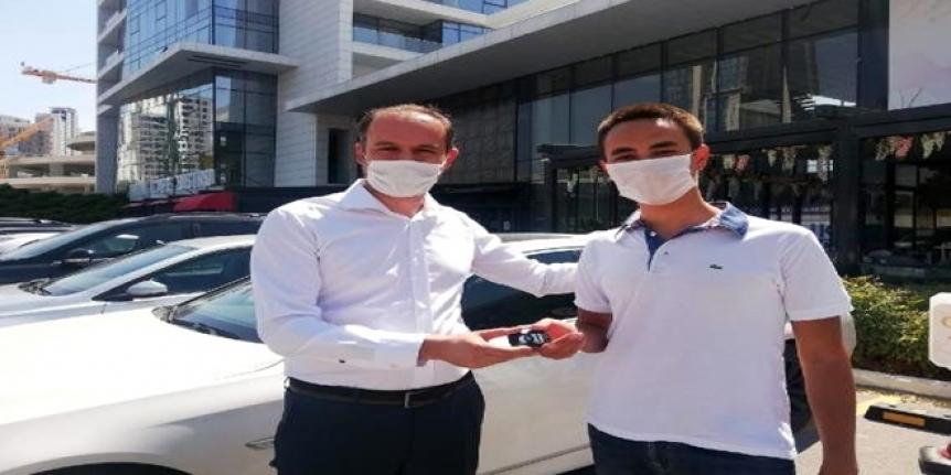 Öğretmeni YKS'de Birinci Olan Öğrencisine Otomobilini Hediye Etti