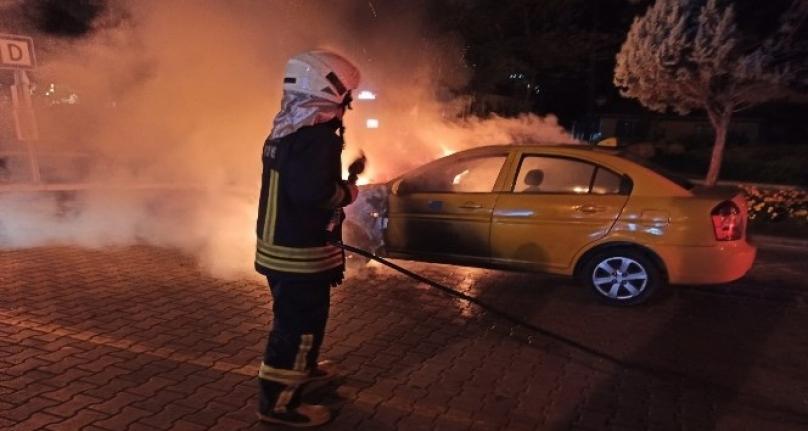 Marmaris'te Bir Ticari Taksi Müşteri Beklerken Yandı!