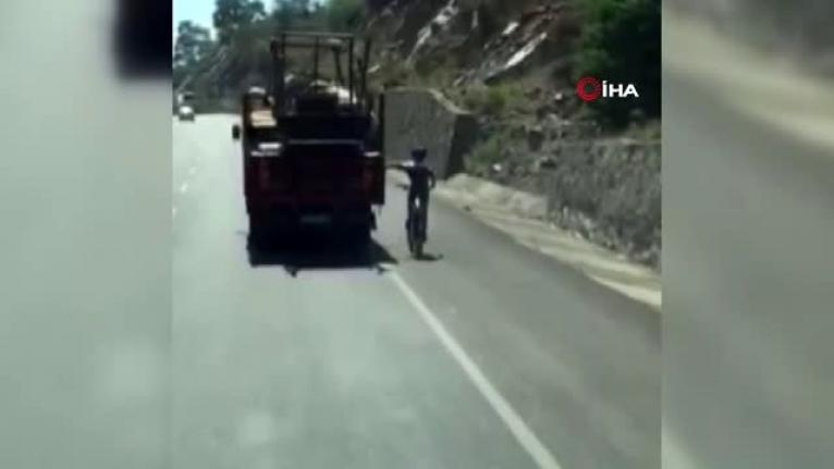 Köyceğiz-Ortaca Karayolunda Bisikletlinin Tehlikeli Yolculuğu!