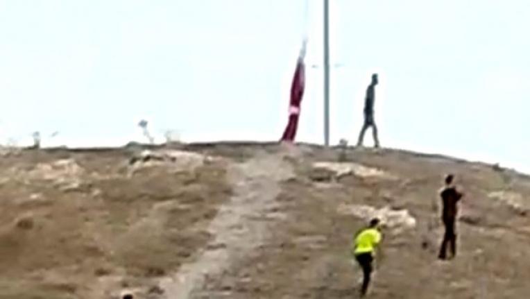 Türk Bayrağını İndirmeye Çalışan Şahıs Terör Örgütüyle Bağlantılıymış