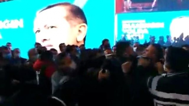 AK Parti Isparta İl Kongresinde Yumruklu Kavga! Polis Zor Ayırdı