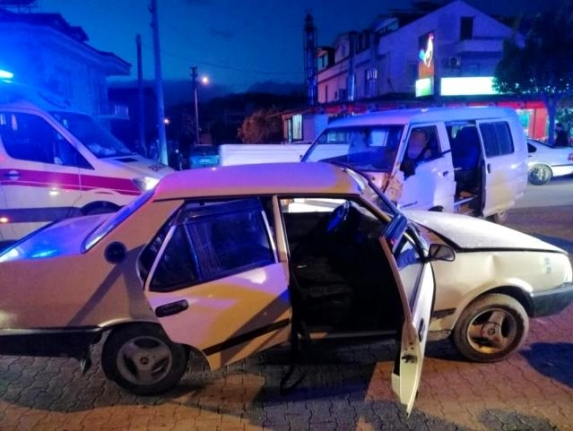 Fethiye'de Otomobille Kamyonet Çarpıştı: 5 Kişi Yaralandı