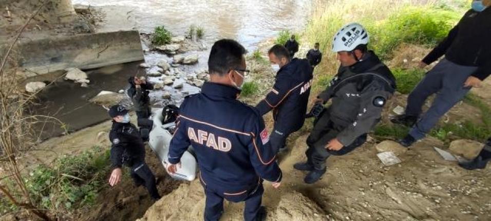 Nehire Atladığı İddia Edilen Yaşlı Adamı AFAD Kıyıdan, Dalgıçlar Nehirde Arıyor