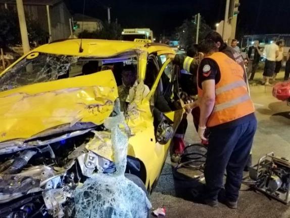 Fethiye'de Kamyonete Çarpan Taksinin Sürücüsü Yaralandı
