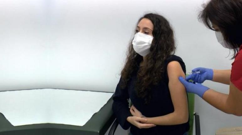 Hemşireler Canından Bezdi! Aşı Olmaya Gelenler Arasında Şişeyi Görmek İsteyen Bile Var