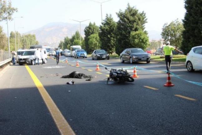 Motosikletle Otobüse Sürtüp, Yola Savrulan Kasksız Sürücü Öldü