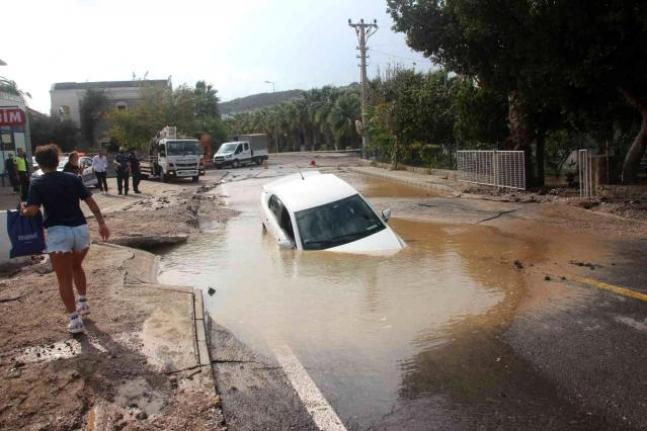 Bodrum'da İsale Hattı Patladı, Çukura Otomobil Düştü