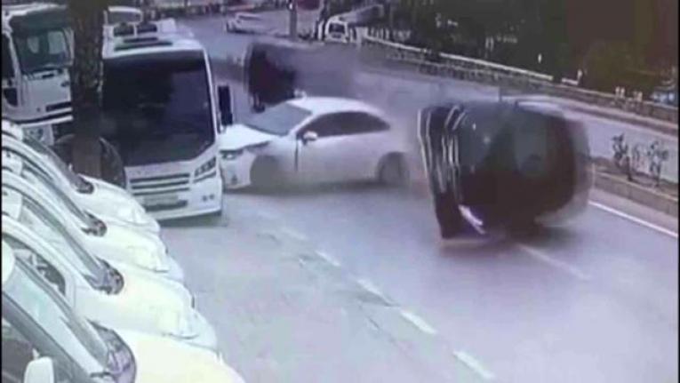 Bodrum'da Kaza: 2 Otomobil ve 1 Minibüs Çarpıştı