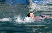 Akyaka'da Bir Kişi Oyuncu Aslı Omağ'ı Boğuluyor Zannedip Suya Atladı
