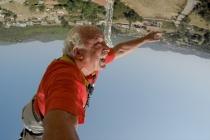 FETHİYE'DE 72 YAŞINDAKİ EMEKLİ PROFESÖR BUNGEE JUMPİNG YAPTI