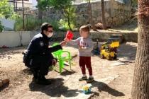 Bodrum'da, Polislerden Çocuklara Bayrak ve Çikolata