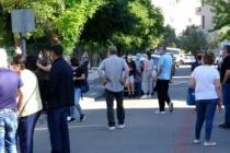 MUĞLA'DA, SINAVA GİREN ÖĞRENCİLERİN VELİLERİ SOSYAL MESAFEYİ UNUTTU