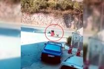 Milas'ta Yolda Yürüyen Kadına 6 Köpek Saldırdı!