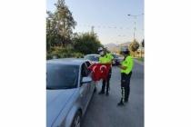 Dalaman Polisi Türk Bayrağı Dağıttı
