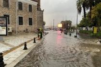Bodrum'da Sağanak; Cadde ve Sokaklar Göle Döndü