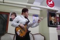 DYP Muğla İl Başkanı Saatçi, Rock Müzik Tutkusu ve Renkli Kişiliği İle Dikkat Çekiyor