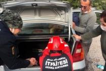 Fethiye'de Arabanın Hoparlör Kabinine Kafası Sıkışan Köpeği İtfaiye Kurtardı