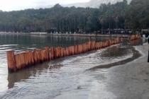 Akyaka Sahilinde Kumun Denize Kaymaması İçin Ağaç Kazıklı Önlem Alındı