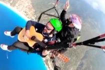 Fethiye'ye Tatile Gelen Müzisyen İki Bin Metrede Gitarla Uçtu