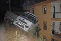 Fethiye'de El Freninin Boşaldığı Öne Sürülen Tır, Apartmana Çarptı