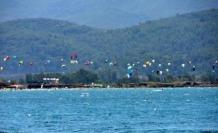 Akyaka Plajlarında Turistler Keyifte