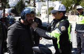 BODRUM'DA POLİS CEZA KESMEK YERİNE KASK DAĞITTI