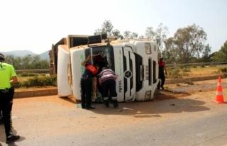 Bodrum'da Virajı Alamayan Tır Yan Yattı