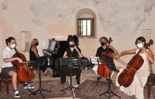 Datça'daki Tarihi Kilisede Çello Konseri
