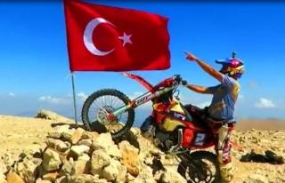 30 Ağustos'u 3 Bin 24 Rakımlı Tepeye Türk...