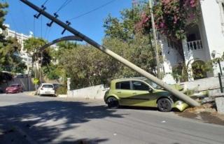 Bodrum'da Otomobil Beton Direğe Çarptı: 2...